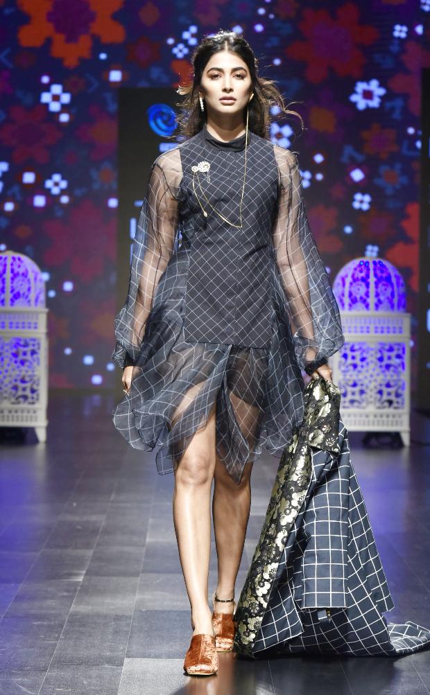 एक्ट्रेस पूजा हेंगड़े डिजाइनर साक्षी और किन्नी (Saaksha and Kinni) की कलैक्शन 'Nomada' के लिए रैंपवॉक करती नजर आईं।