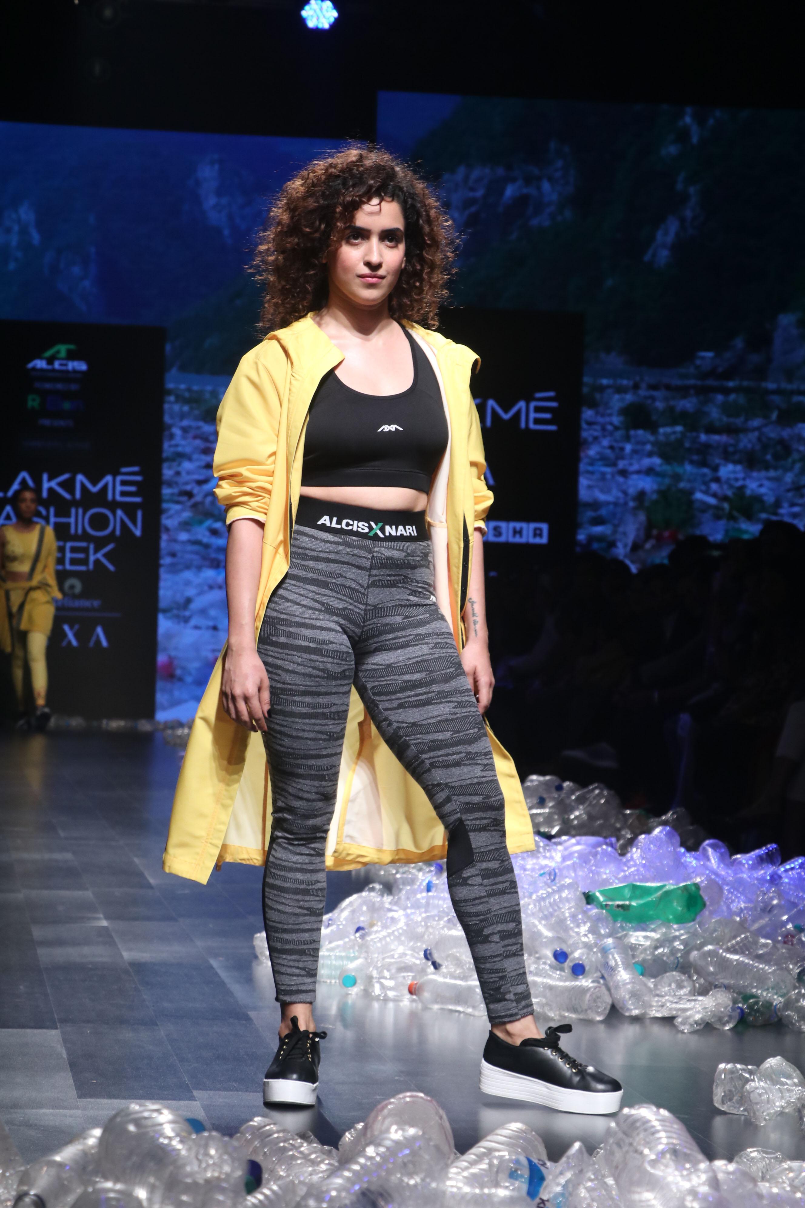 दंगल गर्ल सान्या मल्होत्रा डिजाइनर नरेंद्र कुमार की लेटेस्ट कलेक्शन में 'Activewear' में री-साइकिल का संदेश देती हुई रैंप पर उतरीं और सभी को अपने अंदाज से हैरान कर डाला।