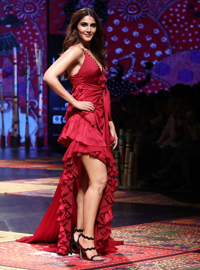 एक्ट्रेस वाणी कपूर डिजाइनर जोड़ी 'Shivan & Narresh' के लिए रैंप उतरी। हॉट वाइन रेड रफ्फल ड्रेस में वाणी कपूर काफी सेक्सी लग रही थी।