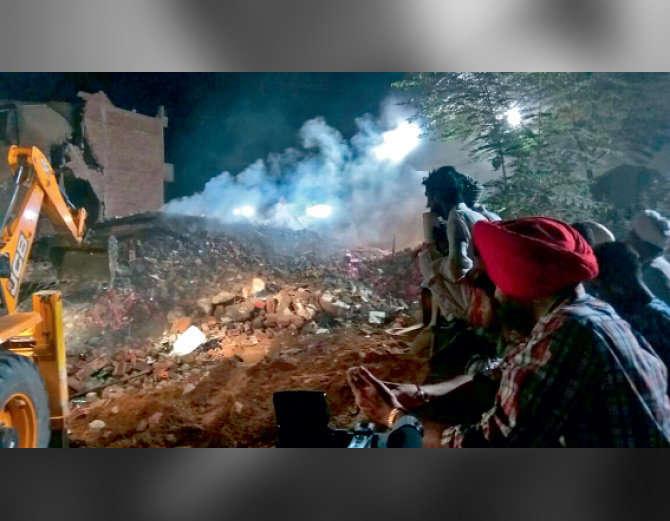 उसके बाद भी यहां पटाखे स्टोर किए जा रहे थे। गोदाम पटाखा व्यापारी गांधी राम व उसके ...