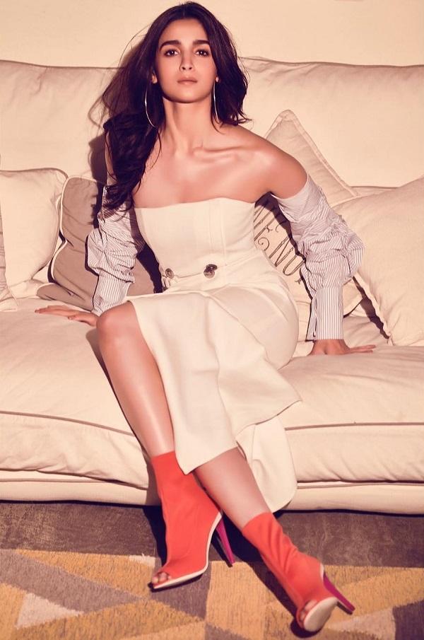 फिल्म के ट्रेलर लांच में आलिया ने एमी पटेल द्वारा स्टाइल की गई व्हाइट शॉर्ट ड्रैस के साथ Peep-Toe Boots With Pink Heels पहने हैं, जो उन्हें गार्जियस लुक दे रहे थे।