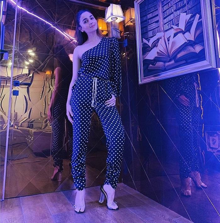 गली ब्वॉय की प्रमोशन में आलिया एक से एक स्टाइलिश ड्रेसेज पहन रही हैं। उनका पोल्का डॉट्स जंपसूट जहां नाइट पार्टी के लिए बेस्ट है।