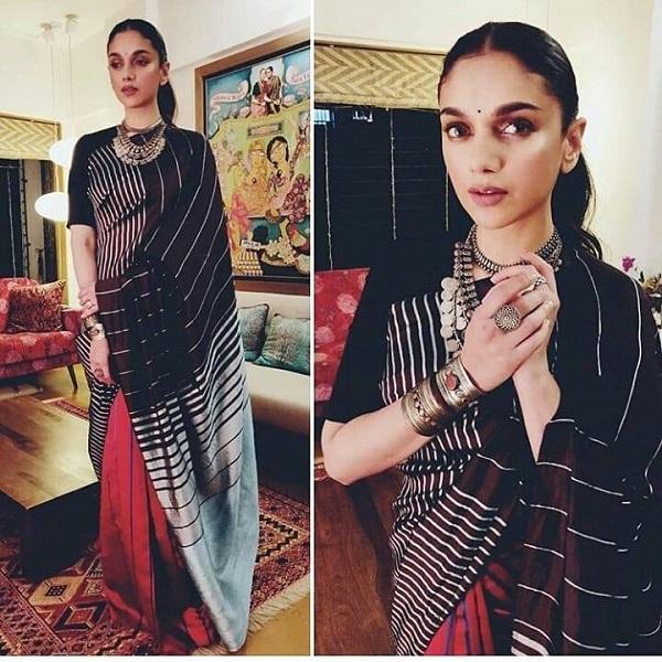 हाल ही में एव अवॉर्ड शो में अदिति ब्लेक एंड रेड स्ट्राइप्ड प्रिंटेड साड़ी के साथ मैचिंग बोट नेक ब्लाउज पहन पहुंची जिसमें उनका डीसेंट लुक हर किसी को पसंद आया।