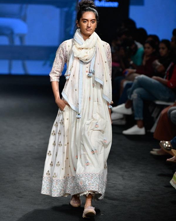 समर सीजन भी आने ही वाला है लेकिन डिजाइनर Gazal Mishra ने अपनी समर कलैक्शन लैक्मे फैशन वीक समर रिजॉर्ट 2019 में पेश भी कर डाली है। आप अभी से इस फैशन शो के जरिए अपनी समर आउटफिट आइडिया ले सकती है।