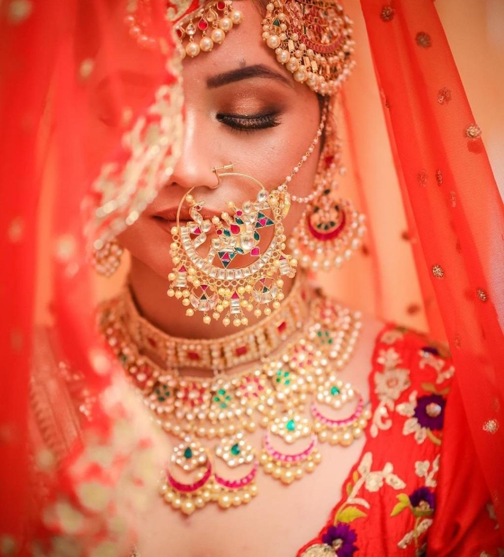 अगर आप ज्यादा हैवी नथ पहनना चाहती हैं तो इस तरह के डिजाइन्स भी चूज कर सकती हैं।