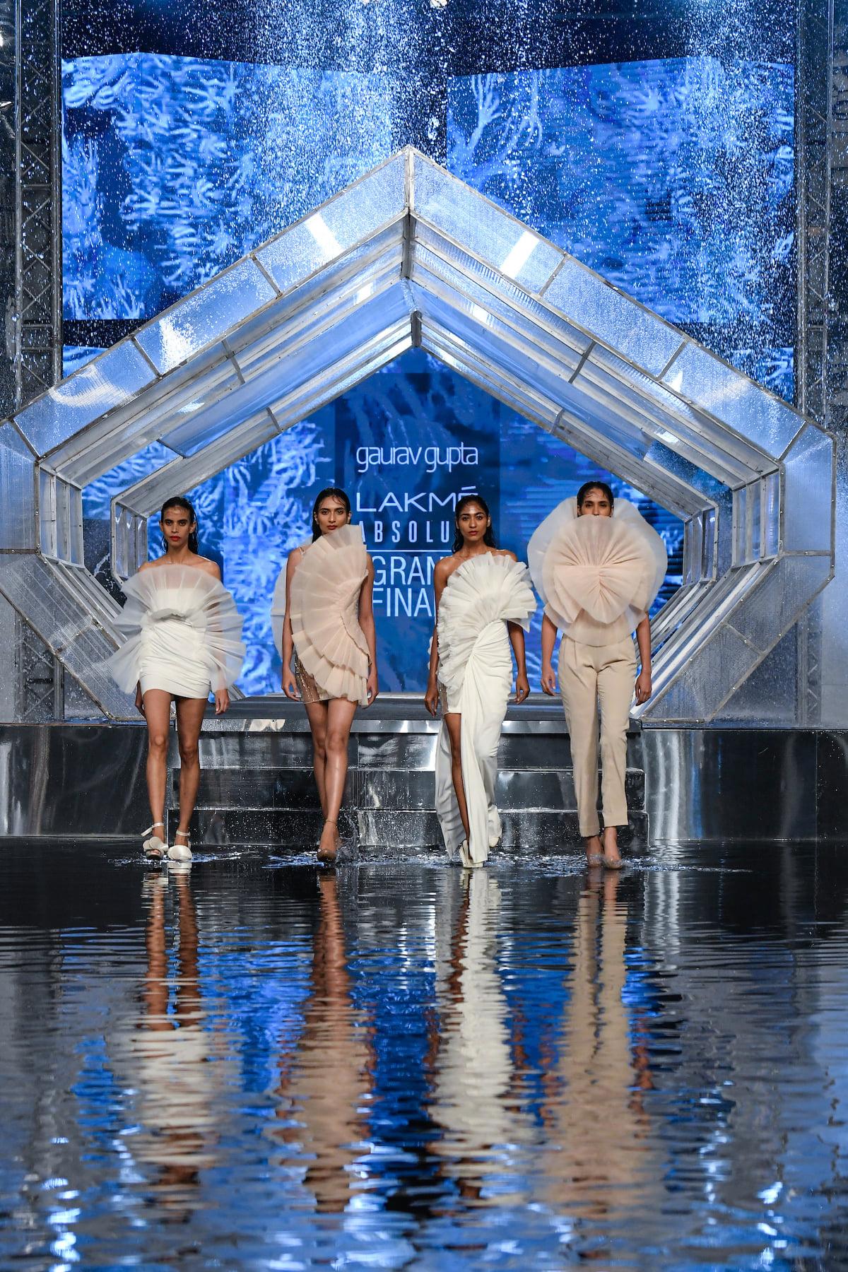 गौरव गुप्ता ने ब्यूटी थीम 'Define to Redefine' को प्रेजेंट किया, जिसका मकसद ससटेनेबल फैशन को बढ़ावा देना था।