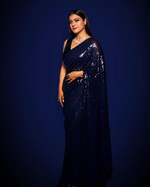 अभी हाल ही में काजोल मनीष मल्होत्रा द्वारा डिजाइन की गई ब्लू शिमरी साड़ी में नजर आई, जिसके साथ उन्होंने स्लीव्स कट ब्लाउल पहना हुआ था।