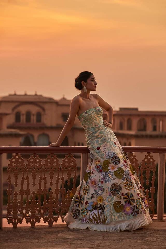 भारत के फेमस फैशन डिजाइनरों की लिस्ट में शामिल राहुल मिश्रा की Couture'21 फ्लोरल वर्क कलैक्शन 3Es यानि की- Environment, Employment और Empowerment से इंस्पायर्ड थी।