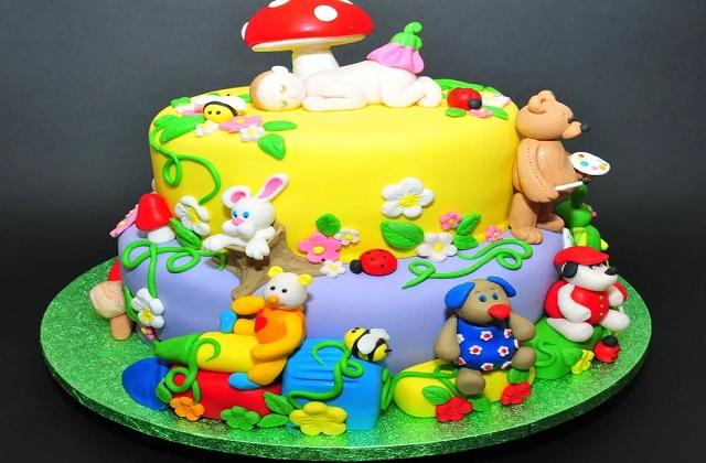 ऐसे में अगर आप बच्चों के इस दिन को और भी खास बनाने की सोच रहे हैं तो आप उनके लिए केक बना सकती है।