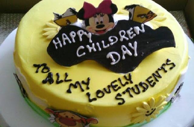इसके अलावा आप उनके लिए थीम केक बनवा कर उन्हें सरप्राइज दे सकती है।