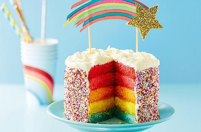 कलरफुल डिजाइन का केक भी अच्छा लगेगा।
