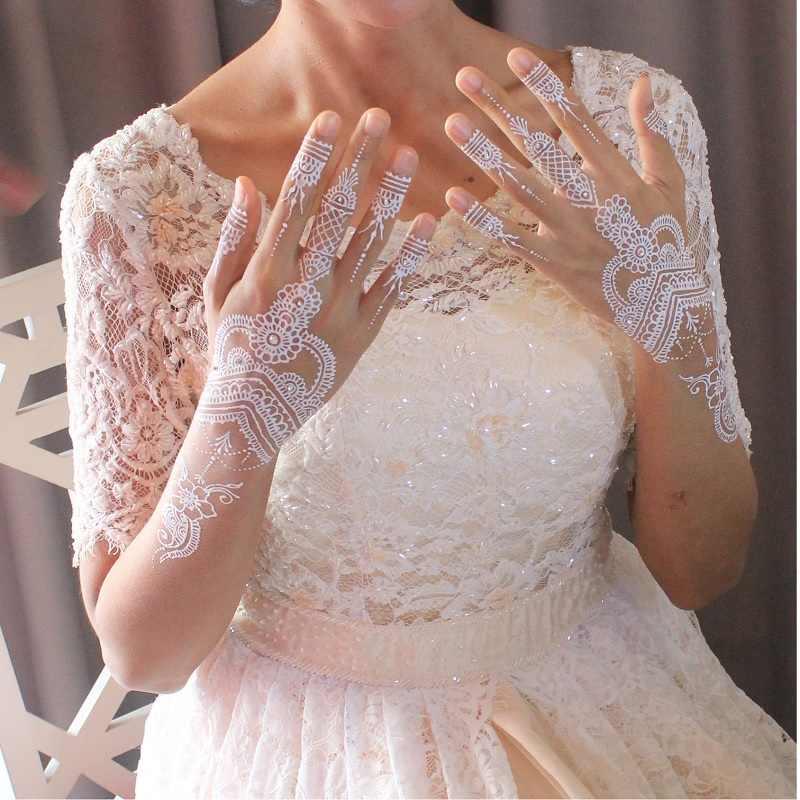 अगर आप अपनी शादी में अनोखा और अलग दिखना चाहती हैं तो व्हाइट हेन्ना डिजाइन आपके लिए सही साबित हो सकते है।