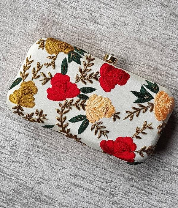 बात अगर ब्राइडल पर्स के ट्रेंड की करें तो दुल्हनें शादी के लहंगे के साथ डिजाइनर क्लच कैरी करना ही पसंद करती हैं