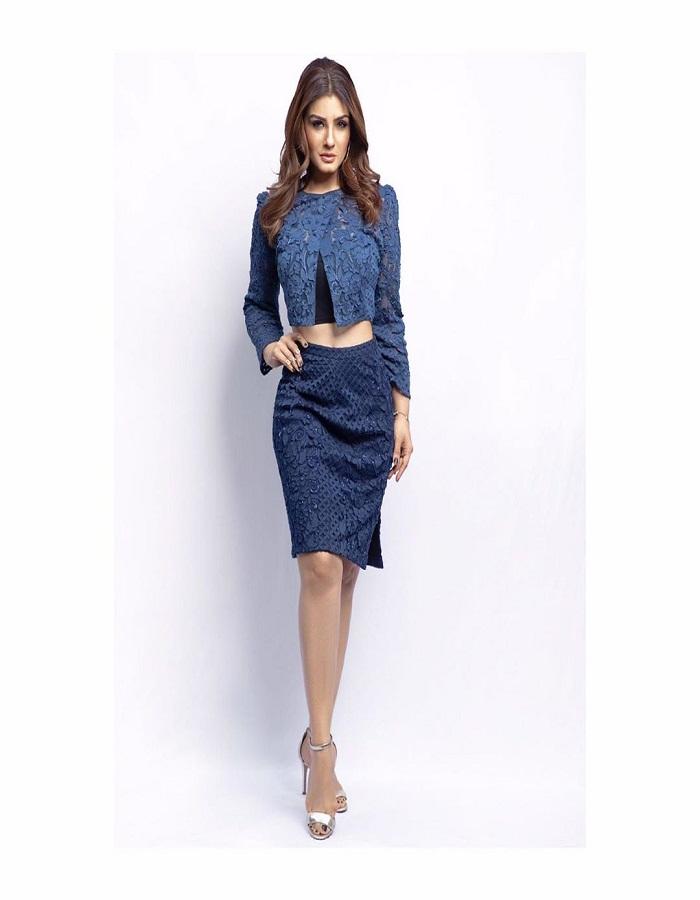 वह आज भी अपने स्टाइल से यंग एक्ट्रेस को पीछे छोड़ देती हैं। रवीना इंडियन से लेकर वेस्टर्न हर एक ड्रेस में बेहद खूबसूरत लगती हैं।