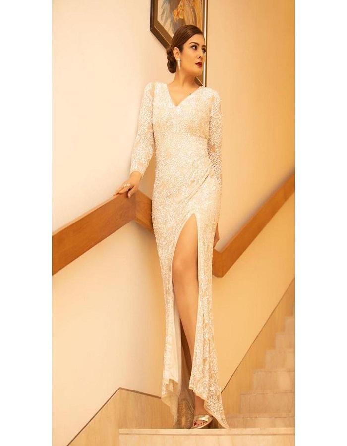 लेकिन आप रवीना की इन खूबसूरत ड्रेसिस से बहुत सारे आईडियाज ले सकती हैं।