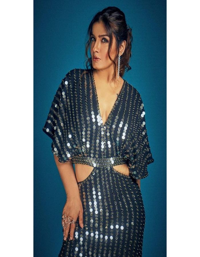 मिरर वर्क की दीवानी हैं तो रवीना की इस ड्रेस को जरूर ट्राई करें।