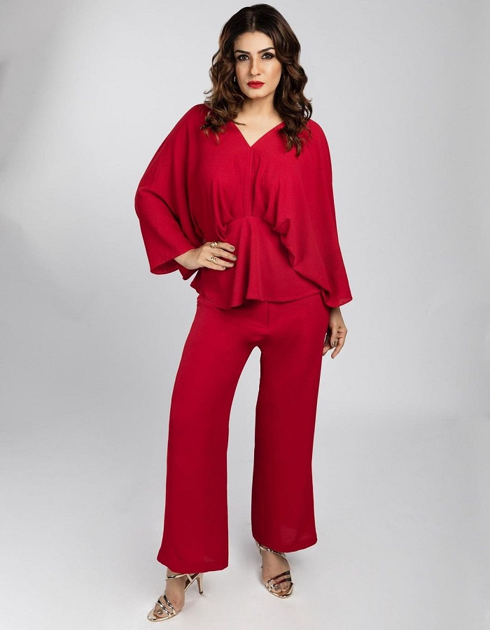 ब्लड रेड कलर की ड्रेस भी अच्छी लगेगी।