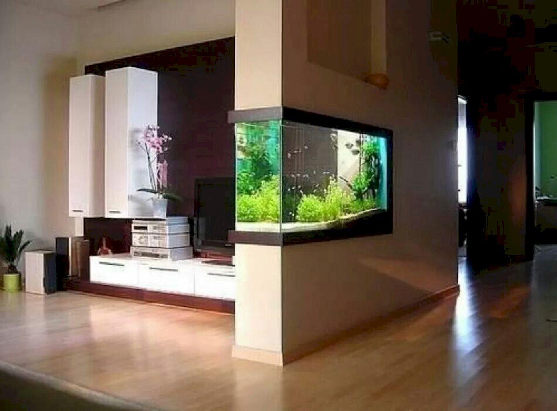 दीवारों के बीच में एक्वेरियम बनवाकर भी आप घर को डिफरेंट लुक दे सकते हैं।
