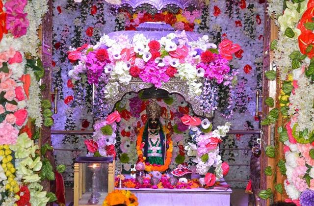 घर के मंदिर को सुंदर व खूबशूबार फूलों से सजाएं।