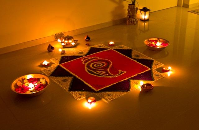 हिंदू धर्म में किसी भी शुभ काम में रंगोली बनाने की प्रथा है।