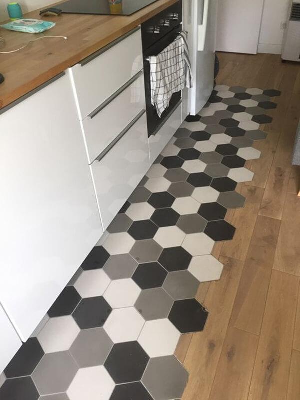 घर के बाकी हिस्सों की तरह किचन की फ्लोरिंग भी खास होनी जरूरी है। सिंपल पत्थर या टाइल वाली किचन फ्लोरिंग डिजाइन्स अब पुराने हो चुके हैं।