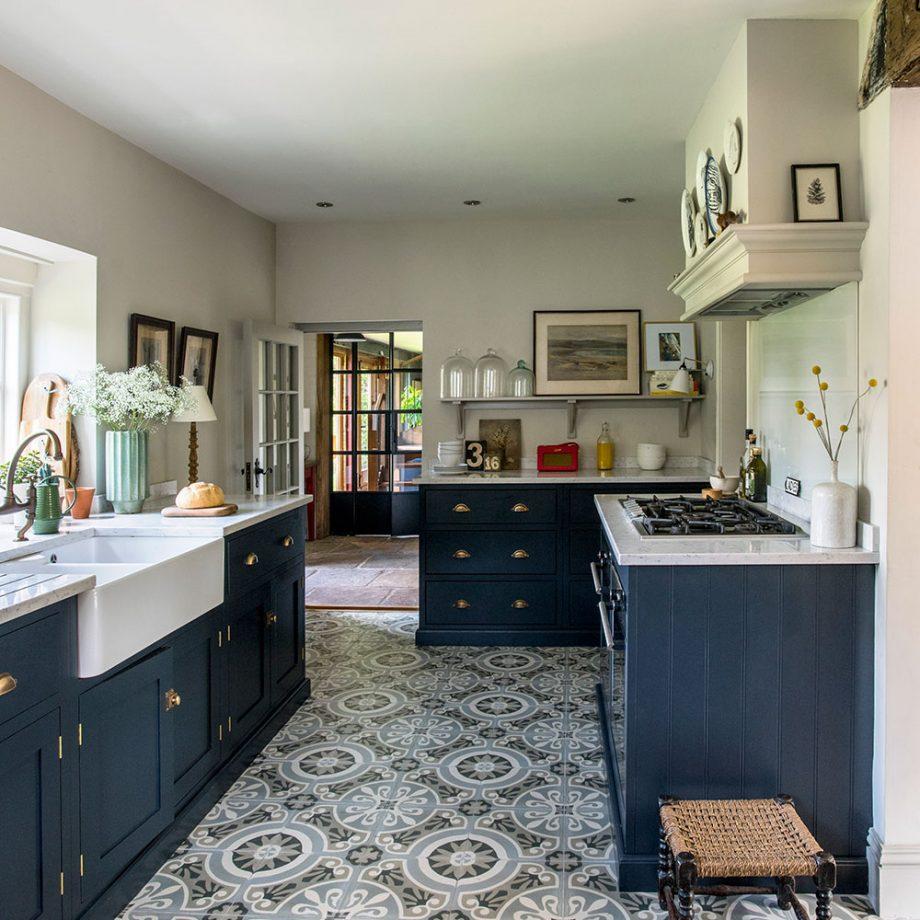 खूबसूरत पैटर्न वाली टाइल्स से भी आप अपनी किचन को डिफरेंट लुक दे सकते हैं।