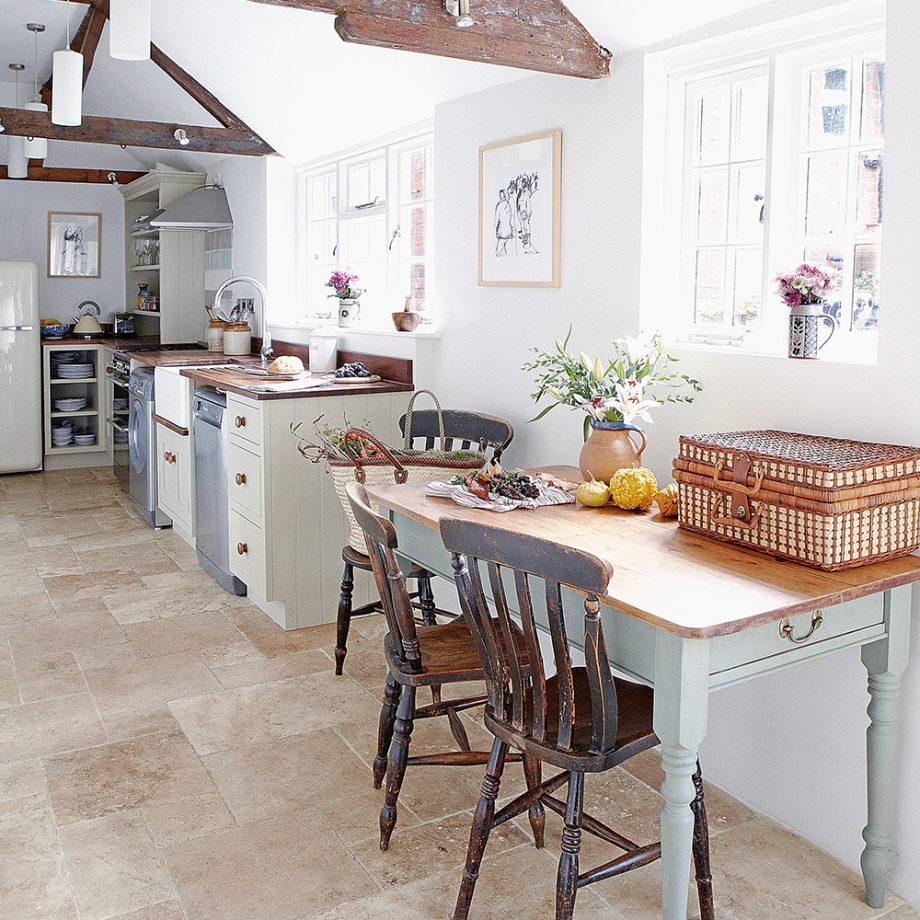 किचन को विटेंज लुक देने के लिए आप इस तरह के डिजाइन्स चूज कर सकते हैं।
