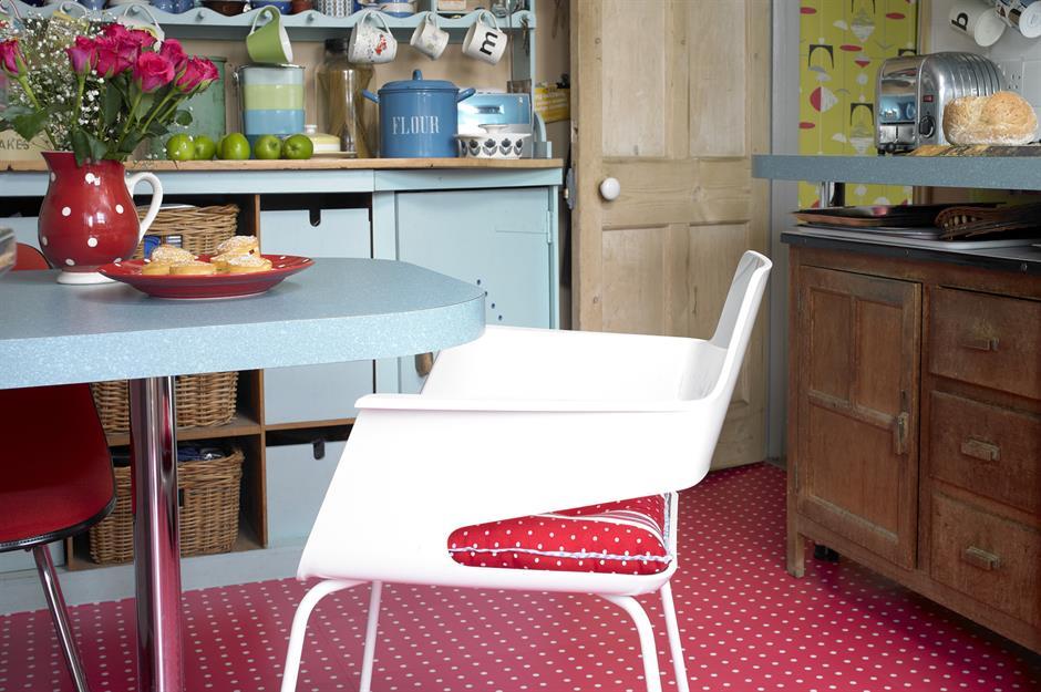 रेड पोल्का डॉट्स (Red polka dot) किचन फ्लोरिंग डिजाइन्स भी आजकल काफी ट्रैंड में है।