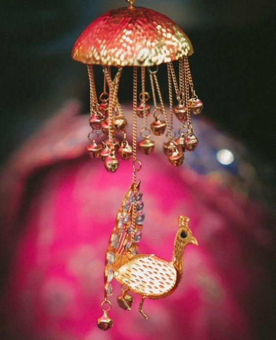 मान्यता है कि जिस लड़की के सिर पर कलीरें गिरेंगे उसकी शादी जल्दी हो जाएगी।