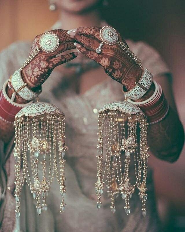 ऐसे में अगर आप भी अपनी ब्रेस्ट या बहन के लिए कलीरें खरीद रहीं तो एक नजर इन डिजाइन्स पर भी डाल लें।