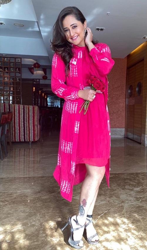 टीवी एक्ट्रेस रश्मि देसाई ना सिर्फ अपनी एक्टिंग बल्कि अपने फैशन को लेकर भी काफी चर्चा में रहती हैं।