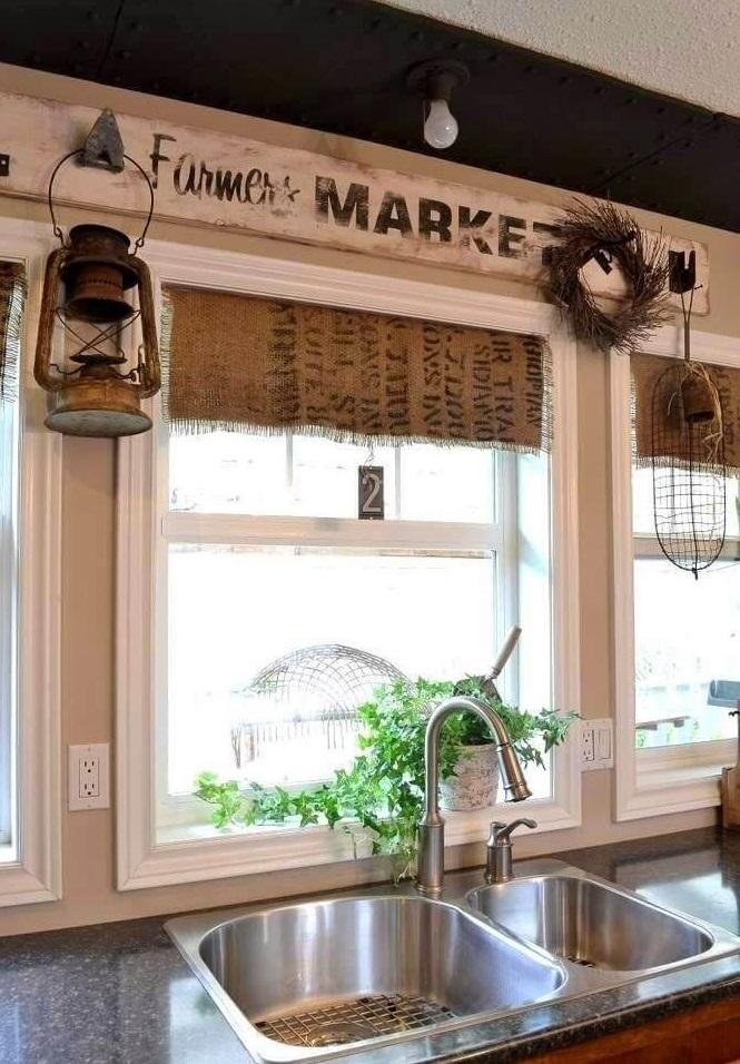कुछ नया करना चाहती हैं तो पुराने फीड बोरे से रसोईघर पर्दे की जगह में एक फिटिंग क्लॉथ बनाएं। इससे आपकी किचन को विंटेज लुक मिलेगा।