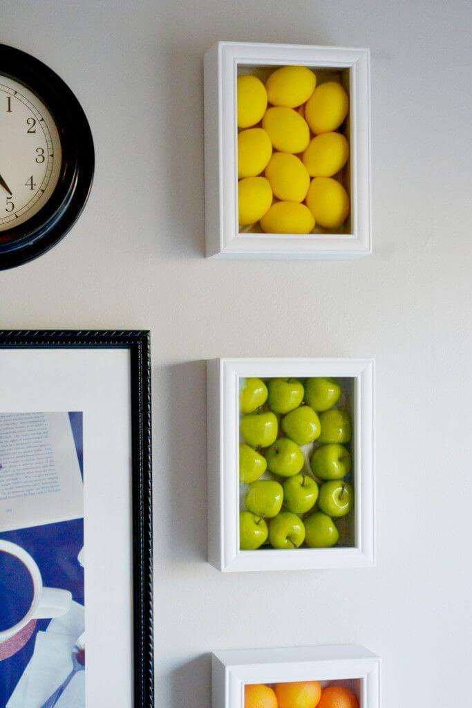 प्लास्टिक के शैडो बॉक्स में फल सब्जियां रखने का यह आइडिया भी एकदम सही है। इससे आपकी वॉल डैकोरेशन भी हो जाएगी।