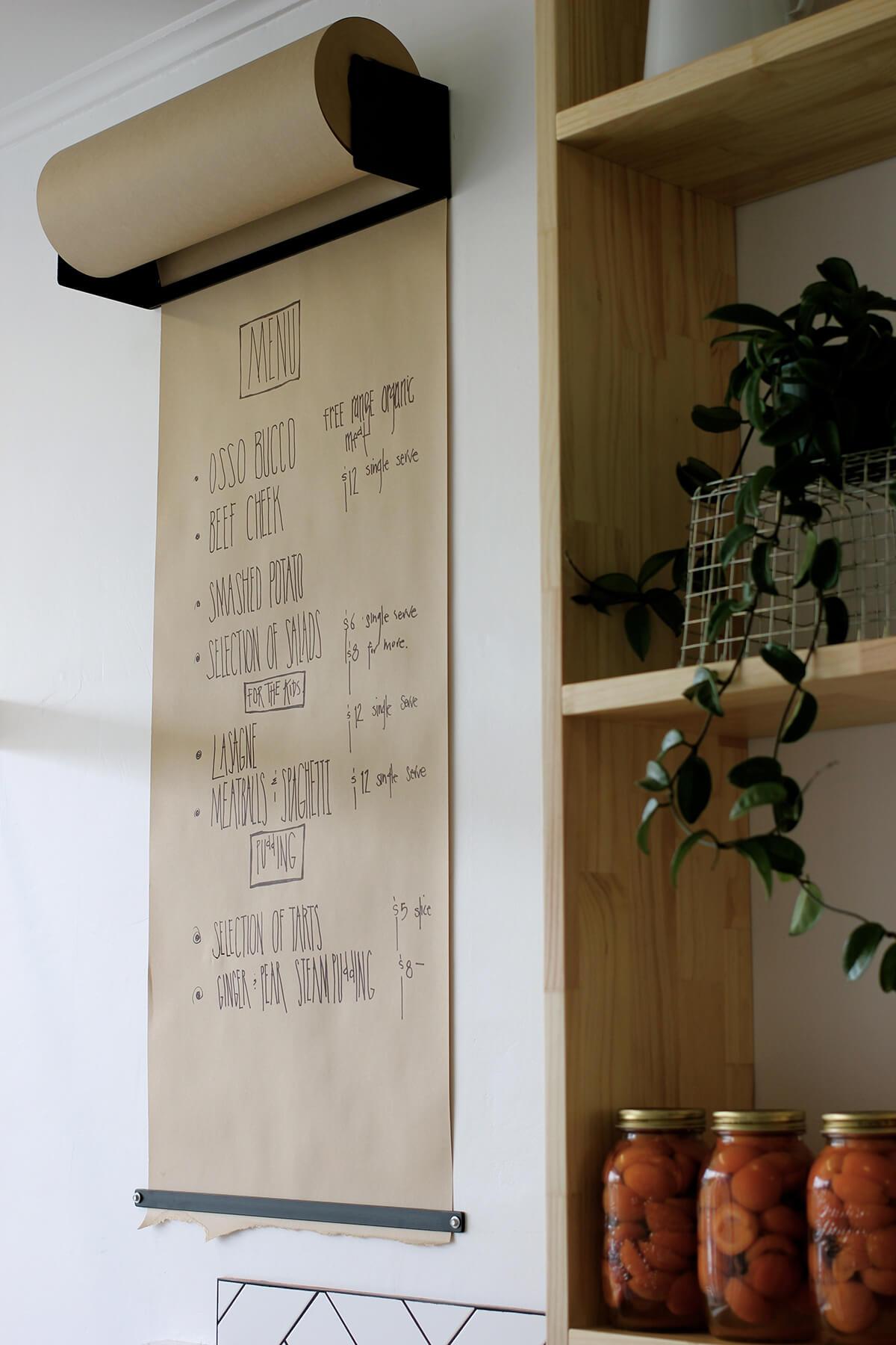 घर में कोई पुरानी तख्ती या लकड़ी का टुकड़ा पड़ा है तो उसे आप किचन मैन्यू के लिए यूज कर सकते हैं। आप चाहें तो मैन्यू के लिए पेपर का चूज भी कर सकती हैं।