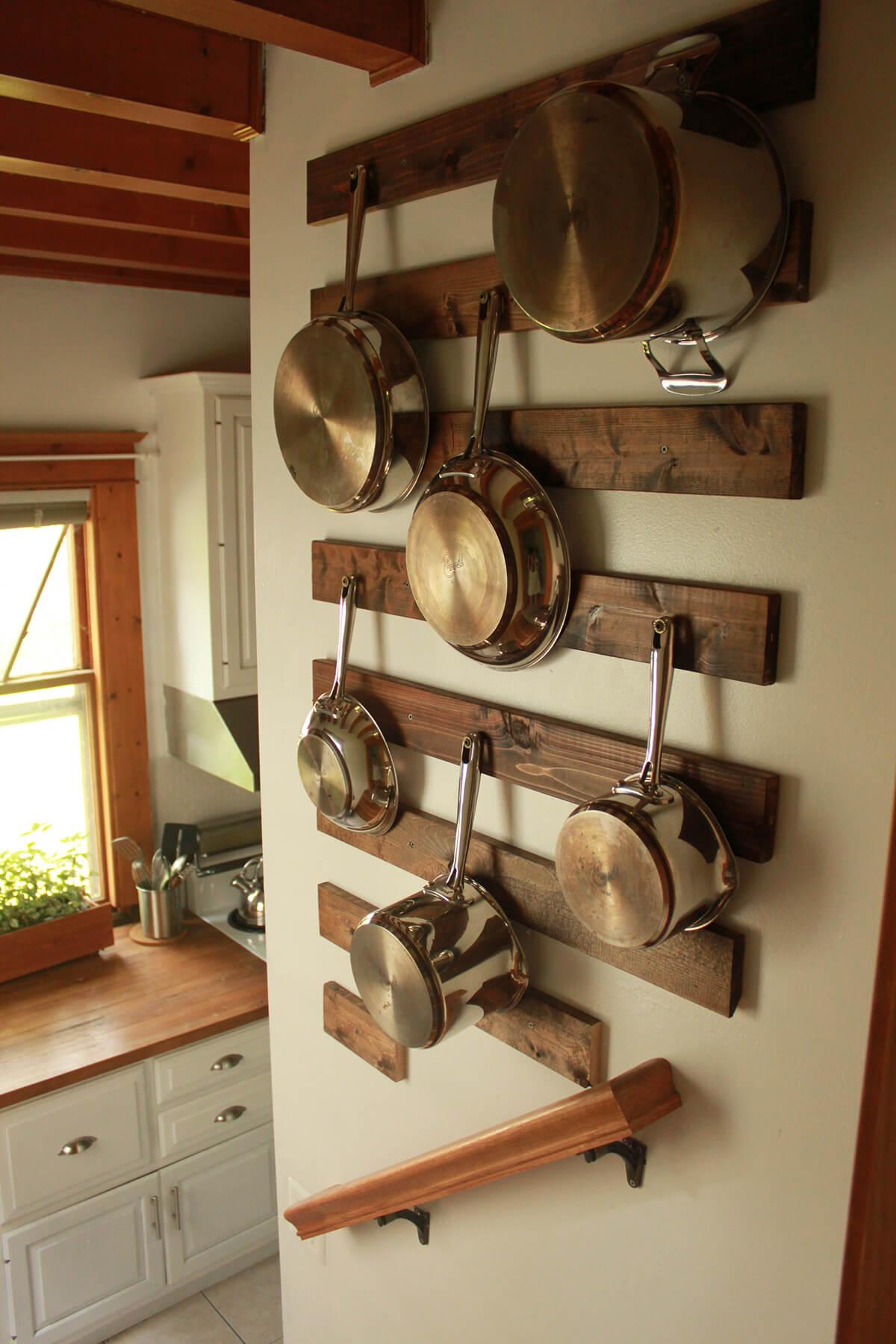 पुराने बेकार पड़े बर्तन, प्लेट्स व ट्रे को भी आप किचन वॉल डैकोरेशन के लिए यूज कर सकती हैं।