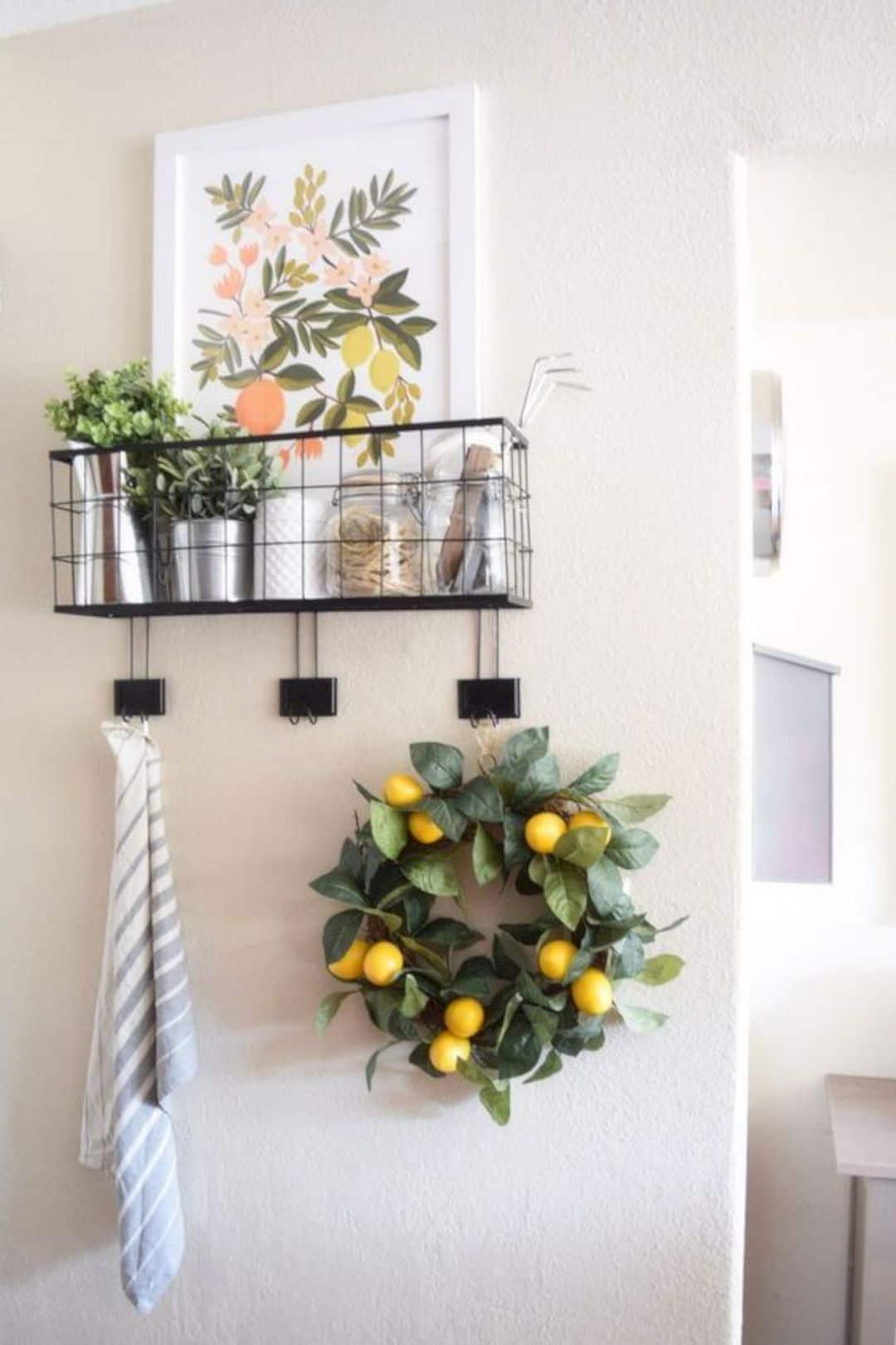 किचन वॉल को सजाने के लिए पौधों से बेहतर कुछ और हो ही नहीं सकता। इससे ना सिर्फ दीवारें सुदंर लगेगा बल्कि वातावरण भी खुशनुमा हो जाएगा।