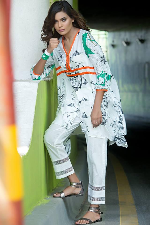 क्योंकि अब खादी यंगस्टर्स की भी फेवरेट बन रही है तो आप खादी का प्लेन सूट भी पहन सकती हैं।