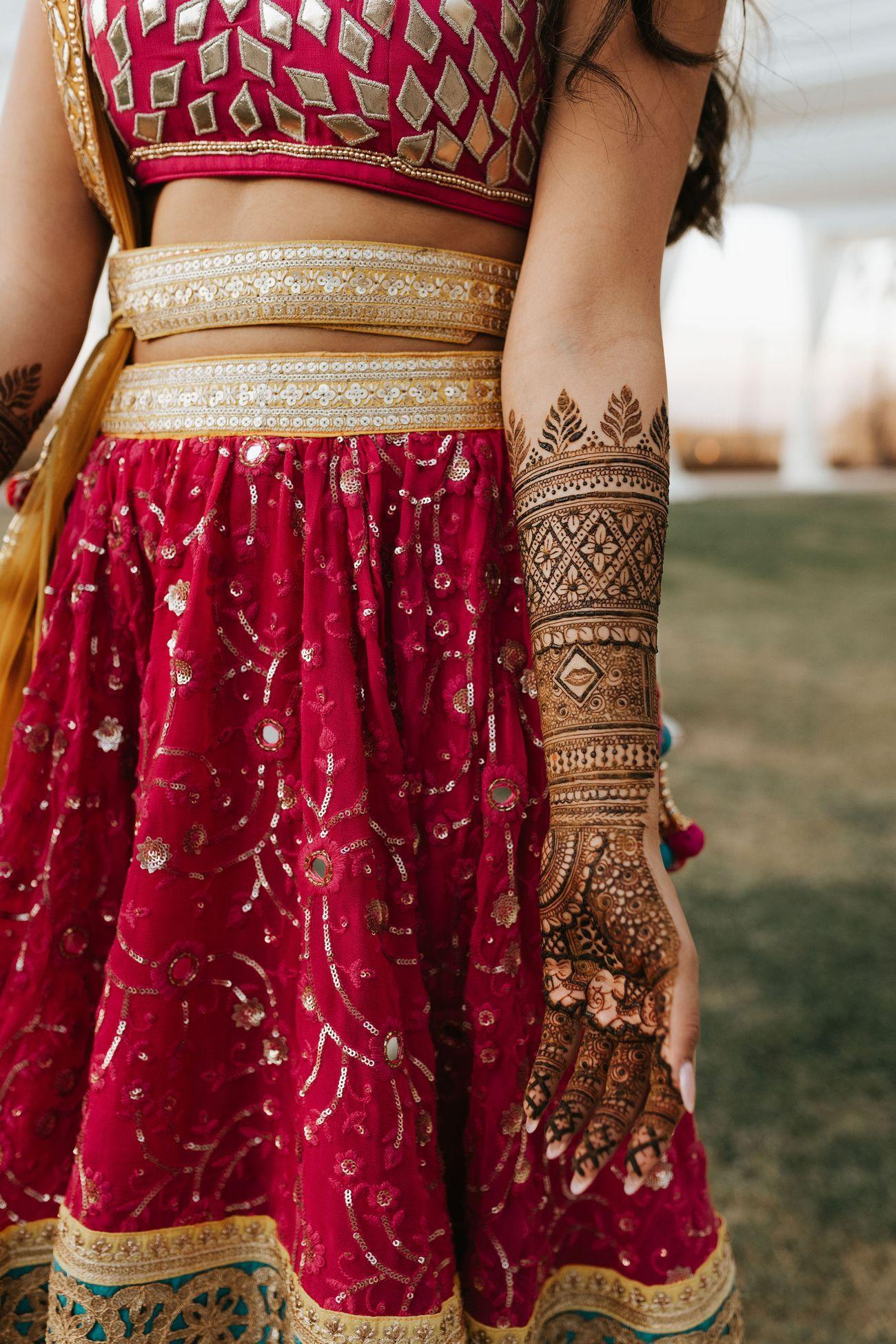 भारत में प्राचीन समय से मेहंदी लगाने के परंपरा चली आ रही हैं। हालांकि मेहंदी लगाने का तरीका जरूर बदल गया है। आजकल लड़कियों में पोट्रेट मेहंदी का क्रेज है