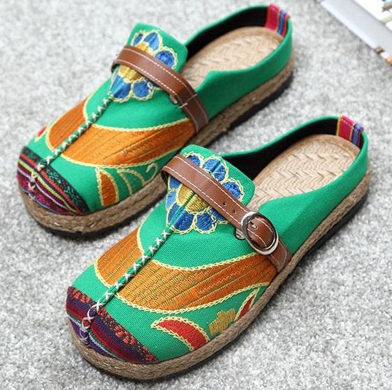 मार्कीट में कई वैराइटी की पंजाबी फुलकारी जूती की कई वैरायटियां मिल जाएंगी, जिन्हें आप अपने आउटफिट्स के हिसाब से चूज कर सकती हैं।