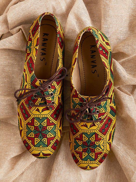 खास बात यह है कि ये जूतियां, सलवार-सूट, साड़ी, लहंगे यहां तक कि इंडो-वैस्टर्न, गाउन और वन पीस और जीन्स के साथ भी अच्छी लगती हैं।