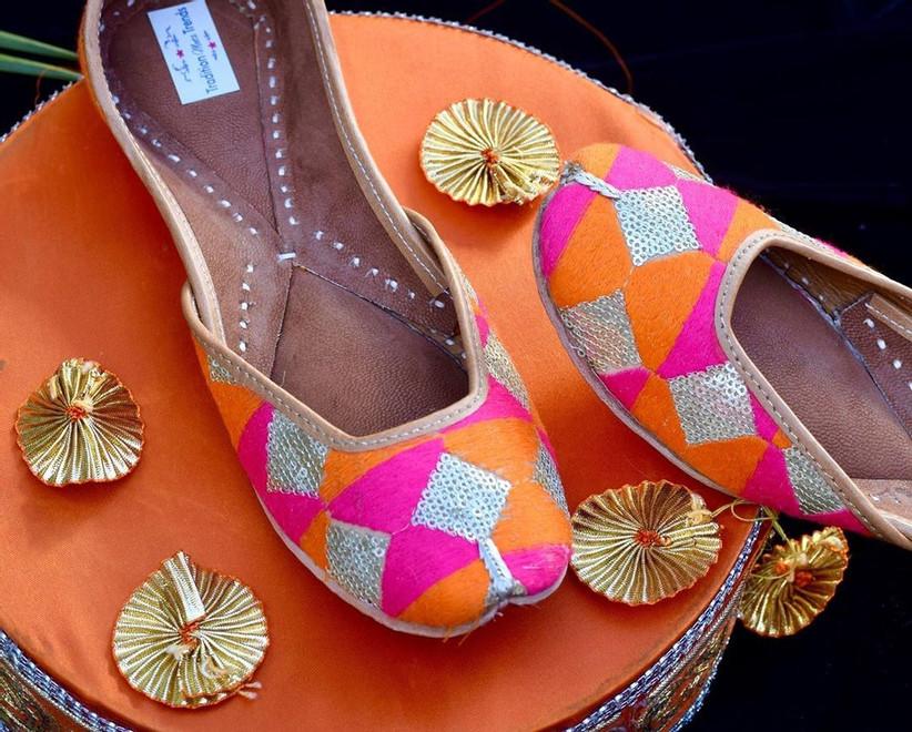 यहां हम आपको पंजाबी फुलकारी जूती के कुछ डिजाइन्स दिखाएंगे, जिनसे आप भी अपने लिए आइडियाज ले सकती हैं। तो चलिए देखते हैं फुलकारी जूती के कुछ लेटेस्ट डिजाइन्स...