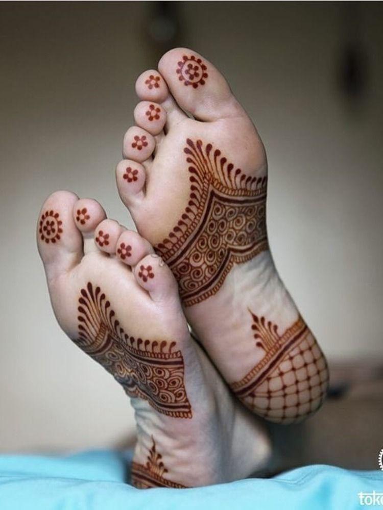 चलिए आपको दिखाते हैं पैरों के तलवे पर मेहंदी के डिजाइन्स...