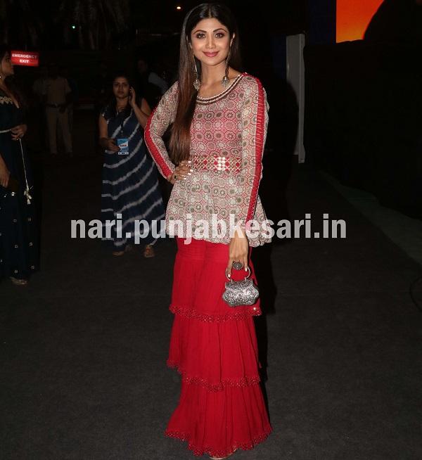 बॉलीवुड की फिट एक्ट्रेस शिल्पा शेट्टी ने शरारा आउटफिट पहना, जिसमें वह कुछ खास नहीं लग रही थी।