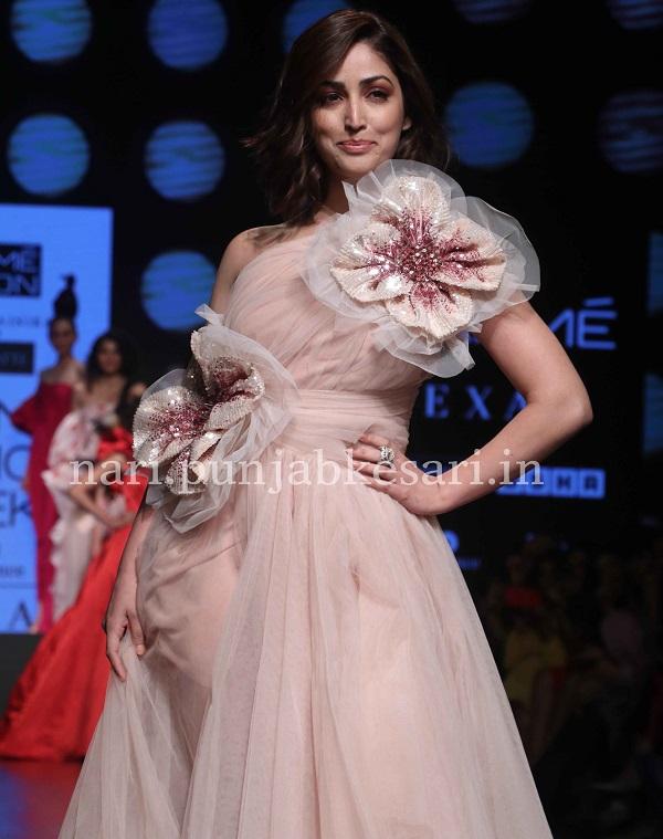 मुंबई में 'लैक्मे फैशन वीक समर रिजॉर्ट 2019 का आगाज हो चुका है। शो के पहले दिन कई डिजाइनर्स ने अपनी कलैक्शन पेश की, जिसके लिए बॉलीवुड की कई हसिनाओं ने रैंप वॉक की। डिजाइनर जोड़ी गौरी एंड नैनिका की कलैक्शन