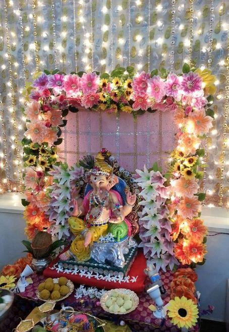यह एक पारंपरिक हिंदू त्योहार है, जिसमें सभी भक्त घर में बप्पा की एक सुंदर मूर्ति स्थापित करते हैं और 10 दिन तक पूर्जा अर्चना करने के बाद उसे विसर्जित करते हैं।