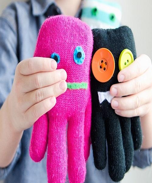 इसे बनाने के लिए दस्ताने को रूई से भरकर ऊपर से बटन या कपड़े से आंखें बनाकर लगाएं।