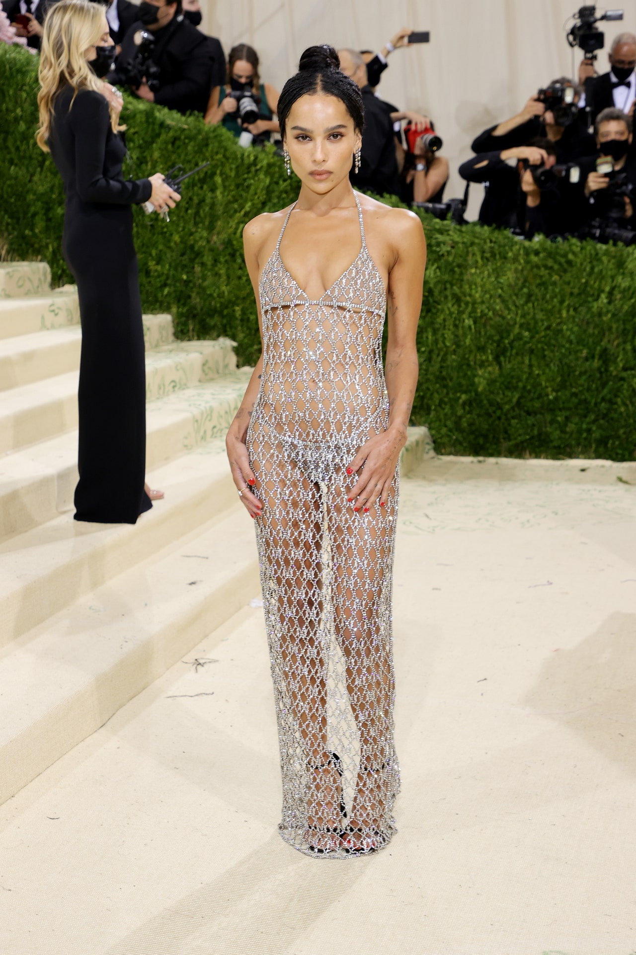 Zoe Kravitz ने Met Gala में बोल्ड लुक थ्रू ड्रेस पहनी थी, जिसपर हर किसी की निगाहें टिकी रहीं।