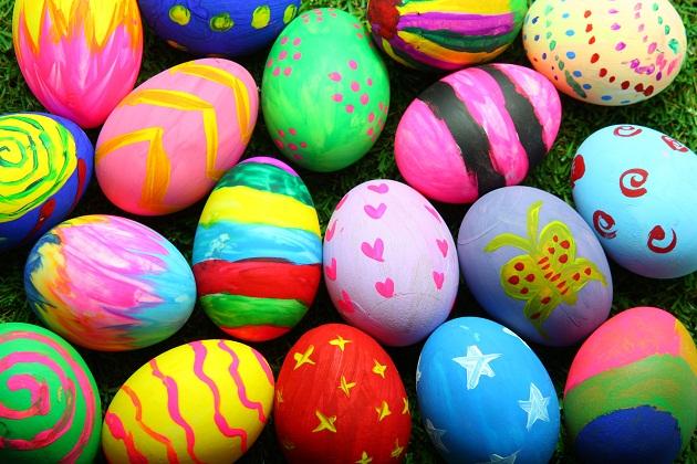 साथ ही अंडों को सजाकर एक-दूसरे को तोहफे में देते हैं। ऐसे में आप चाहे तो आज बच्चोें से अंडों की डेकोरेशन करवा सकते हैं।