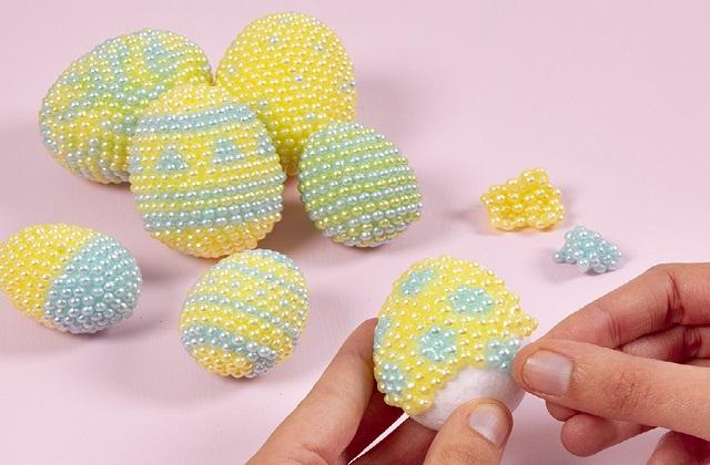 इससे बच्चों के साथ आपको भी कुछ क्रिएटिव करने का मौका मिलेगा। तो आइए जानते हैं Easter Egg Decorating के कुछ खास टिप्स...