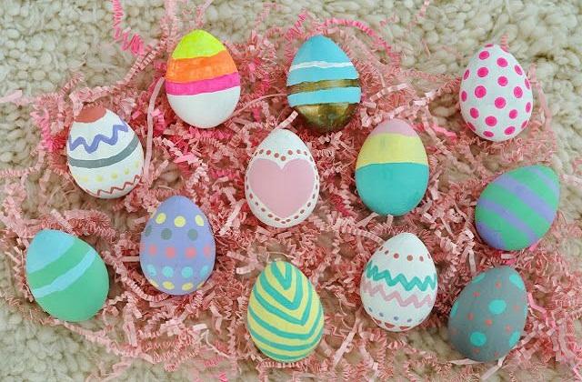 अंडों पर अलग-अलग डिजाइन दें।